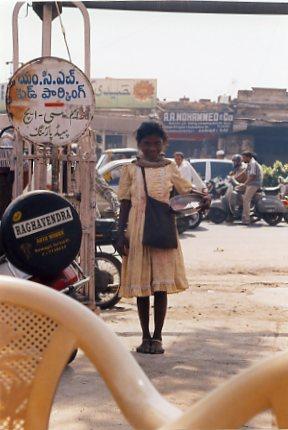物乞いをする女の子。カメラを向けるとかわいい笑顔を見せてくれた
